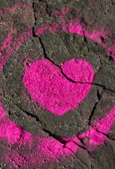Rosa Herz auf Felsen gemalt