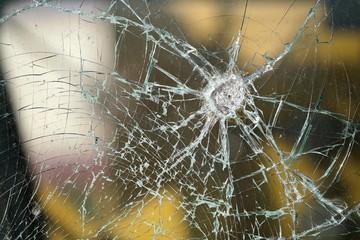 zerstörtes Fenster von einem Eisenbahnwaggon
