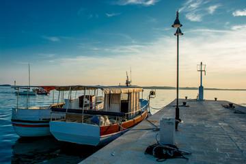 Boote Ankern an Steg in Kroatien bei Sonnenuntergang