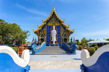 In de dag Temple Rong Sua Ten temple with blue sky background, Chiang Rai Province, Thailand