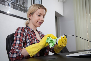 woman cleaning the mouse