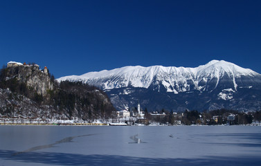 Fototapete - Lake Bled on a clear wintery day, lake frozen