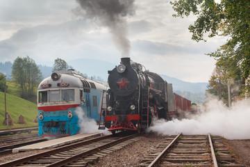 Fond de hotte en verre imprimé Bestsellers Retro locomotive and electric locomotive at the station