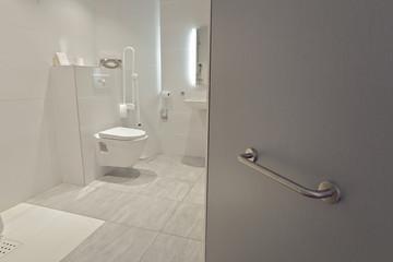 salle de bain équipée pour personnes handicapées