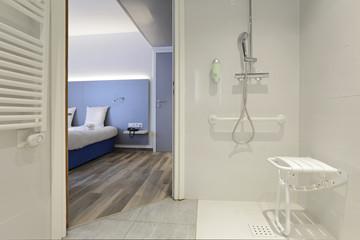 salle de bain douche équipée pour personnes handicapées