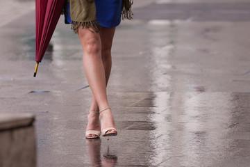 gambe di donna che camminano sulla strada