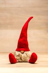 Roter sitzender Weihnachtself