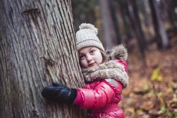 kid girl in autumne season wearing a hat