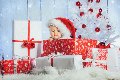 weihnachtsgeschenke und baby stockfotos und lizenzfreie. Black Bedroom Furniture Sets. Home Design Ideas