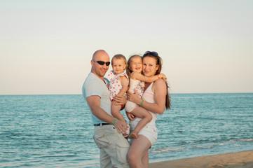 rodzina na slonecznej plazy