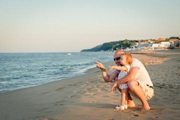 Fototapeta rodzina na slonecznej plazy obraz