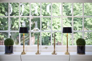 Fenster mit Stehlampen und Kerzenleuchter