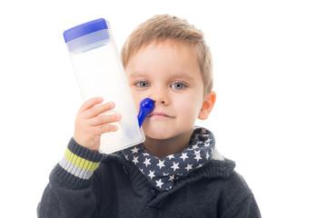 kind mit einer nasenspülung