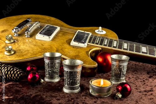 e gitarre mit becher und kerze weihnachtlich dekoriert. Black Bedroom Furniture Sets. Home Design Ideas