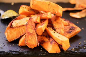 Süßkartoffel Pommes auf Schieferplatte