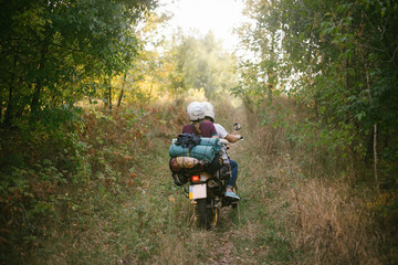 Una pareja en la moto en el bosque