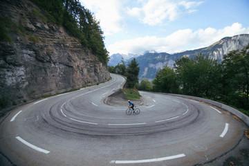 Fotobehang Fietsen Ciclista en la curva cerrada