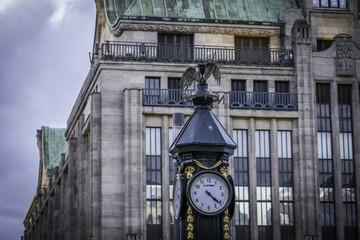 Historische Uhr vor historischem Gebäude in Düsseldorf