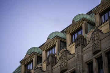 Drei Dachgaupen eines historischen Gebäudes in Düsseldorf