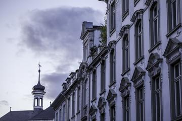 Historische Fassade in der Altstadt von Düsseldorf an einem bewölkten Tag