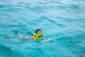 Junge Frau schnorchelt in der Nähe von Key Largo / USA in kristallklarem Wasser