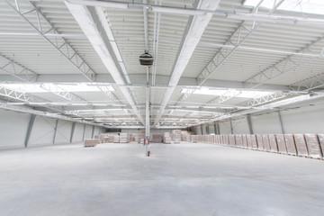 Wnętrze stalowej hali produkcyjnej i magazynowej w fabryce