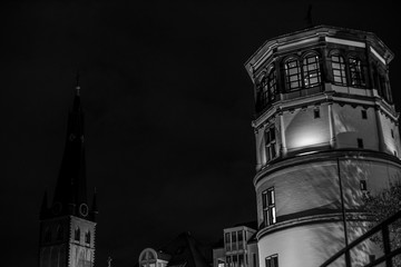Schlossturm und Kirche St. Lambertus in Düsseldorf bei Nacht ( schwarzweiss )
