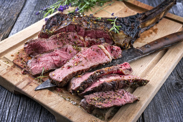 Barbecue Tomahawk Steak auf Schneidebrett