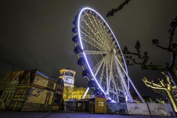 Beleuchtetes Riesenrad am Burgplatz in Düsseldorf