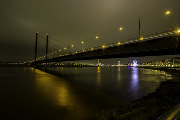 Rheinkniebrücke in Düsseldorf bei Nacht
