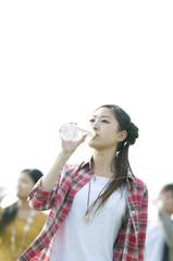 水を飲む若者たち