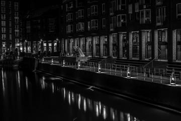 Alter Hafen in Düsseldorf bei Nacht ( schwarzweiss )