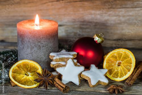 weihnachten pl tzchen und gew rze mit kerze ambiente. Black Bedroom Furniture Sets. Home Design Ideas