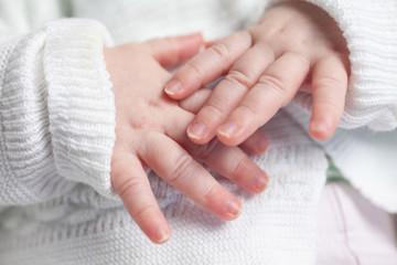 Babyhände eines Neugeborenen s/w