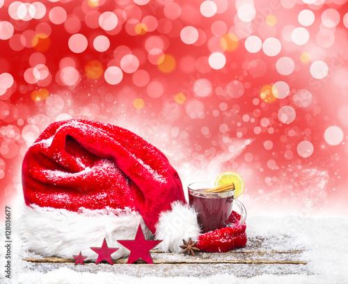 weihnachtsm tze h lt gl hwein warm stockfotos und lizenzfreie bilder auf bild. Black Bedroom Furniture Sets. Home Design Ideas