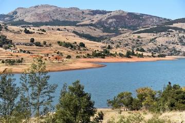Blick auf einen See und Berge in Swaziland