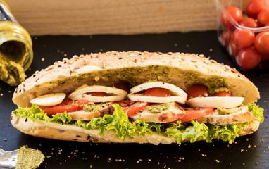 Sandwich mit Kirschtomaten und Pesto