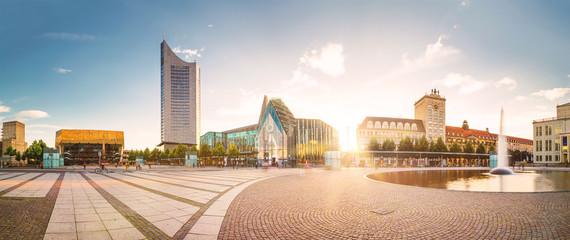 Auf dem Augustusplatz in Leipzig mit Blick auf die Universität und das City-Hochhaus.