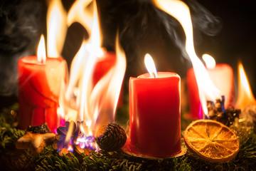 Brandgefahr durch brennenden Adventskranz an Weihnachten