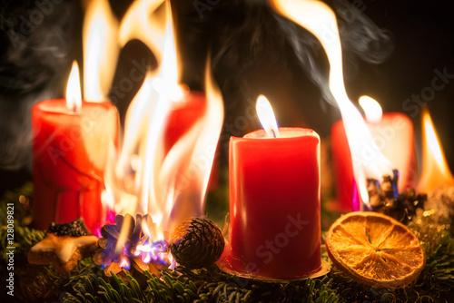 brandgefahr durch brennenden adventskranz an weihnachten. Black Bedroom Furniture Sets. Home Design Ideas