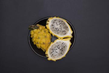 Pitayas - Frutas exóticas tropicales sobre fondo negro - fotografía de estudio