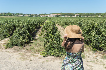 Woman with hat and vineyards