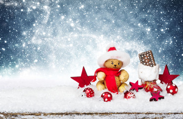 Weihnachtsdekoration im Schnee vor blauem Sternenhimmel