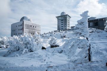 der winterlichen Brocken mit 1142m üNN mit Brockenhotel und Brocken-Museum