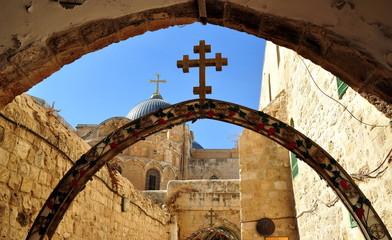 Jerusalem - Bogen mit Kreuz an der 9. Station der Via Dolorosa; hier fiel Jesus das dritte Mal