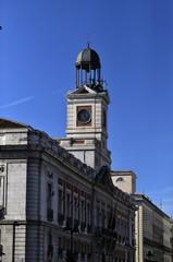 Reloj de Gobernación o de la Puerta del Sol, de torre en un templete sobre la Casa de Correos, inaugurado en el año 1866 por la reina Isabel II.