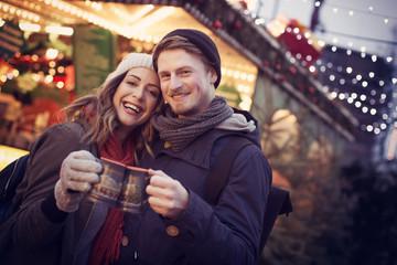 Pärchen mit Glühwein auf dem Weihnachtsmarkt