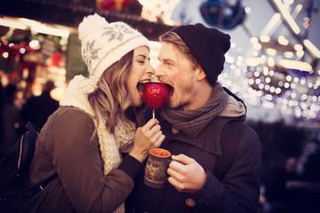 Paar isst gemeinsam einen Liebesapfel