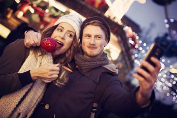 Weihnachtsurlaub Paar mit Handy