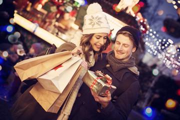 Pärchen kauft weihnachtsgeschenke